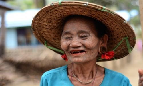 Zdjecie MYANMAR / Stan Arakan, dystrykt Sittwe / wioska Chin, niedaleko Mrauk U / Piąta kobieta Chin