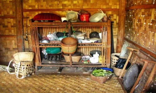 Zdjęcie MYANMAR / jezioro Inle / trekking po górskich wioskach ludu Pa-O / wnętrze chaty w wiosce Kong Choe