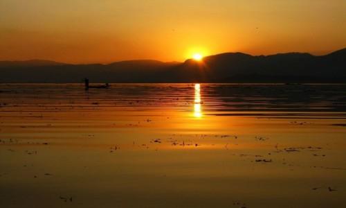Zdjęcie MYANMAR / stan Shan / jezioro Inle / zachód słońca nad Inle