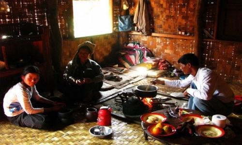 Zdjecie MYANMAR / jezioro Inle / trekking po górskich wioskach ludu Pa-O / przygotowywanie posiłku