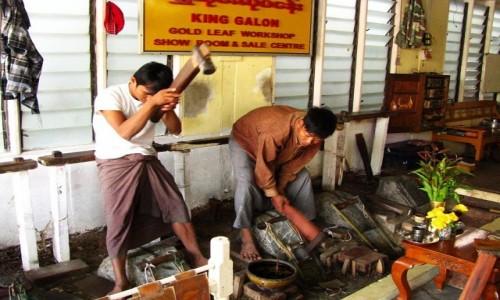 Zdjęcie MYANMAR / Mandalay / Amarapura / wytwórnia złotych płatków