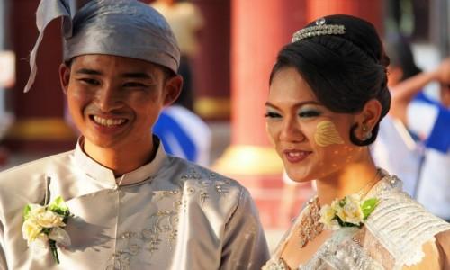 Zdjecie MYANMAR / Mandalay / Kuthodaw Pagoda /  młoda para