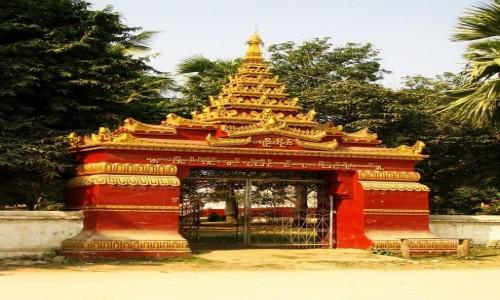 Zdjęcie MYANMAR / okolice Mandalay / Mingun / Klasztorna brama