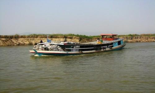 Zdjęcie MYANMAR / okolice Mandalay / rzeka Irawadi między Mandalay a Mingun. / na rzece