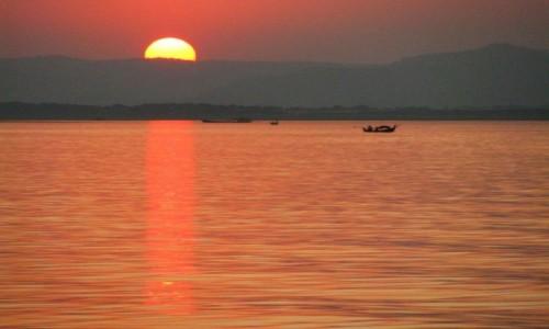 Zdjęcie MYANMAR / centralny Myanmar / okolice Nyaung OO / zachód słońca nad Irawadi