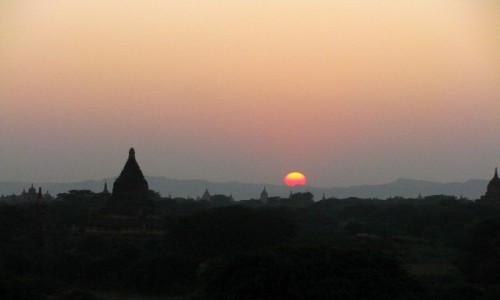 Zdjecie MYANMAR / centralny Myanmar / Bagan / pagody Baganu o zachodzie słońca