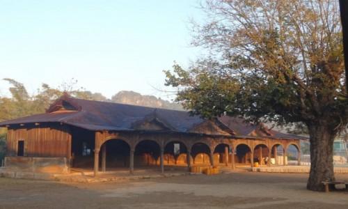 MYANMAR / Shan / treking z Kalaw nad Inle / monastyr o poranku