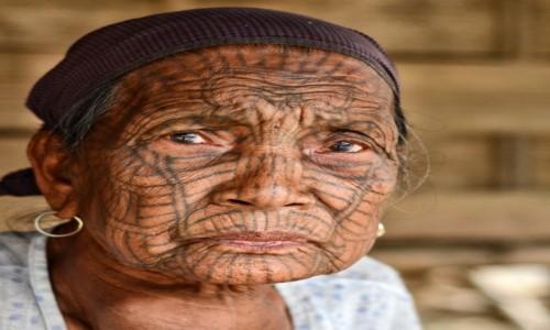 MYANMAR / Arakan / okręg miejski Mrauk U / Babcia z plemienia Chin (z błyskiem w oku ;) )