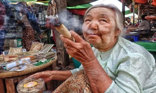 Zdjecie MYANMAR / prowincja Mandalay / Bagan / Papierosek