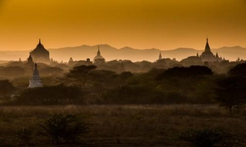 MYANMAR / - / Bagan / Wschód słońca nad świątyniami Bagan