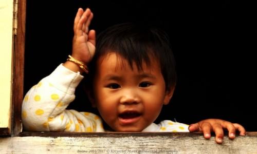 MYANMAR / Taunggyi District / Inle LAke / Myanmar (Birma), panienka w okienku z wioski Nam Hu...