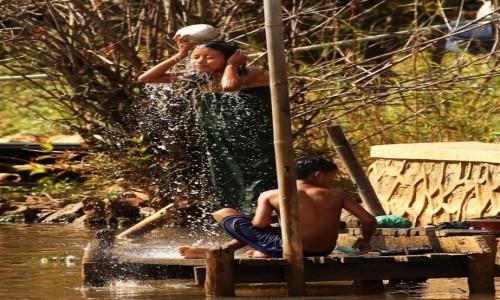 Zdjecie MYANMAR / Taunggyi District / Inle Lake / Myanmar (Birma), na brzegu kanału w wiosce Nam Hu..