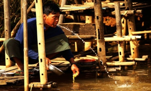 MYANMAR / Taunggyi District / Inle Lake / Myanmar (Birma), fontanna z wioski Nam Hu...