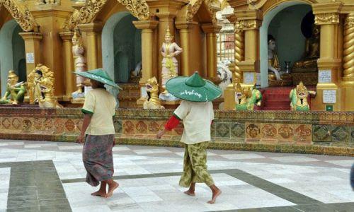 MYANMAR / brak / Yangon (Rangun) / Birmanczycy w tradycyjnych 'spodniach' longi w Shwedagon Paya