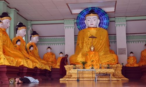 MYANMAR / brak / Yangon (Rangun) / Budda z niebieska aureolka i spiacy wierny ..