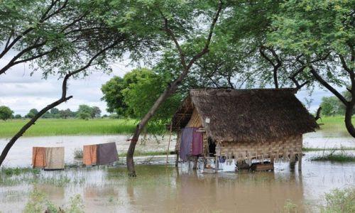 Zdjecie MYANMAR / brak / między Yangonem a Bago / Takie domki to niestety codzienność..