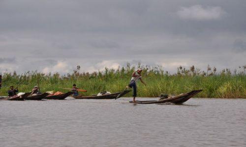 Zdjecie MYANMAR / brak / Inle Lake / Rybacy wioslujacy nogami na Inle Lake