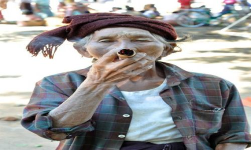 Zdjecie MYANMAR / brak / Bagan / Trzeba przyznac, ze papierocha to ma niezlego :)