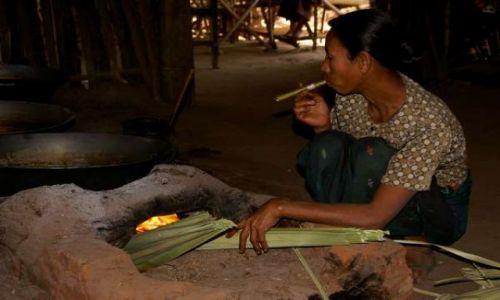 Zdjecie MYANMAR / Bagan / Gdzieś po drodze do kolejnych ruin / Produkcja bimbru z soku palmowego + mieodłączne