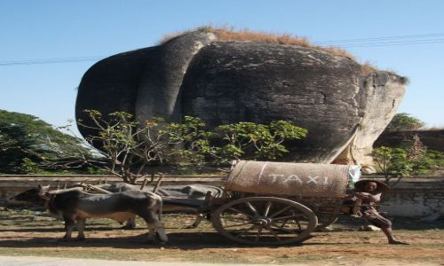 Zdjecie MYANMAR / Mandalay / Mingun / ... typowy tutaj, wielofunkcyjny pojazd ...