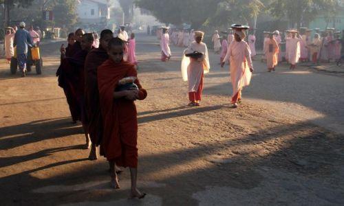 Zdjęcie MYANMAR / Pagan / Nyaung U / ... przed pierwszym posiłkiem ...
