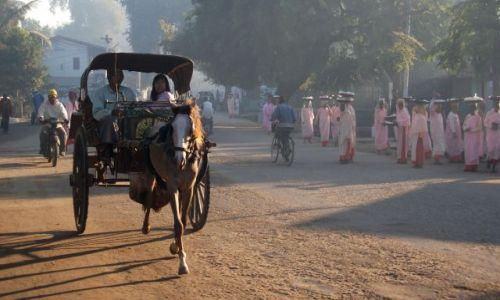 Zdjęcie MYANMAR / Pagan / Nyaung U / ... w pędzie do ...