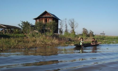 Zdjęcie MYANMAR / Okolice jeziora Inle / gdzieś pomiędzy Kalaw a Nyaungshwe / ... na rzece do Inle Lake ....