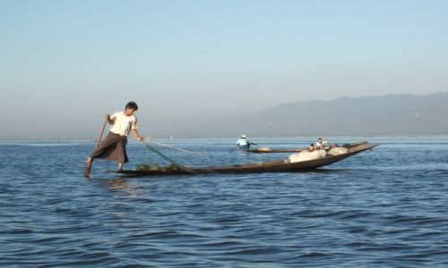 Zdjecie MYANMAR / Okolice jeziora Inle / Inle Lake / ... nogą ...