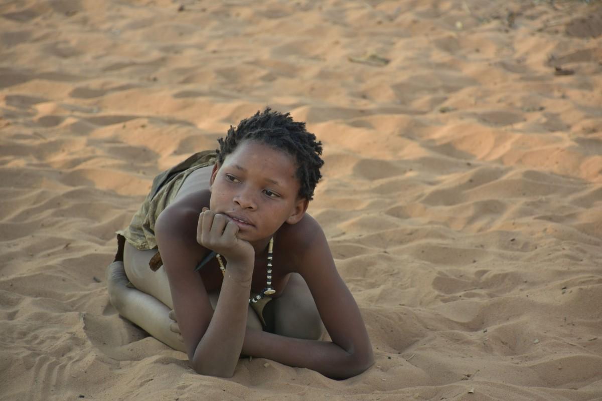 Zdjęcia: Wioska Buszmenów, Kotlina Kalahari, Dzieciństwo na piasku, NAMIBIA
