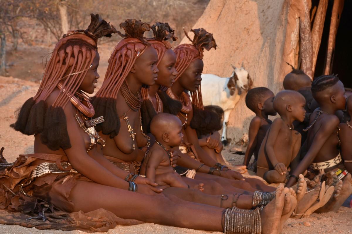 Zdjęcia: Okolice Wodospadów Epupa , Północna Namibia, Młode mamy Himba, NAMIBIA