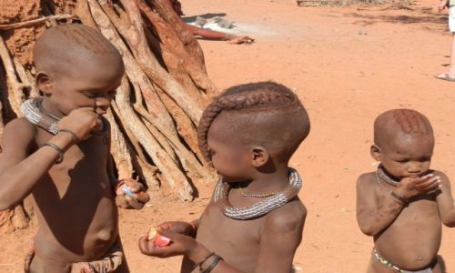Zdjecie NAMIBIA / Granica z Angolą / Okolice Epupa / Dzieci plemienia Himba