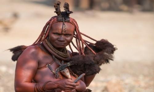 Zdjęcie NAMIBIA / Kuene / Opuwo / Dziewczyna Himba dba o włosy