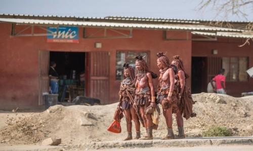 Zdjecie NAMIBIA / Kuene / Opuwo / Dziewczyny Himba na zakupach