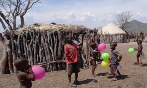 Zdjecie NAMIBIA / Kaokoland / wioska Himba / W wiosce Himba zamiast robic zdjęcia dmuchałam baloniki