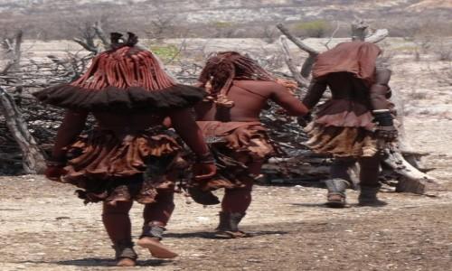 Zdjecie NAMIBIA / Kaokoland / wioska Himba / Spódniczki z kozich skórek prezentowały się okazale
