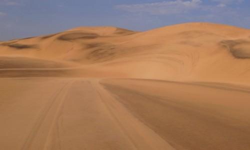 Zdjecie NAMIBIA / Pustynia Namib / Sossusvlei / Oprócz podziwiania i wspinania po wydmach mozna było także pojeździć - wielka frajda!