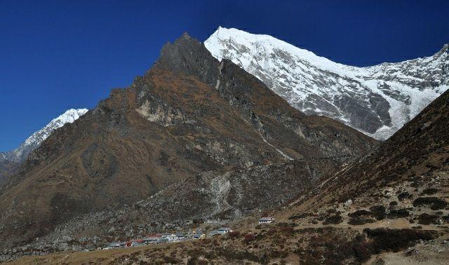 Zdjęcia: Kyanjin Gompa na dole, Langtang Lirung w tle, Langtang, w cieniu gory, NEPAL