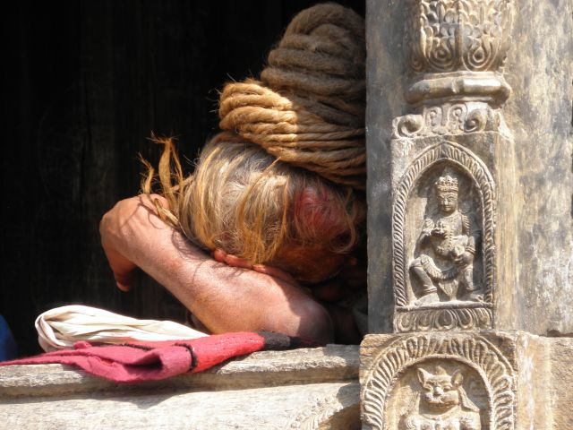 Zdjęcia: Kathmandu, Dolina Kathmandu, Sadhu śpiący w świątyni, NEPAL