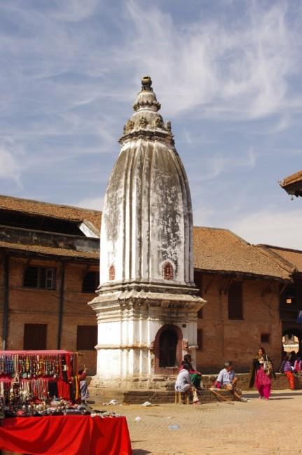 NEPAL / Dolina Kathmandu / Bhaktapur / stupa w�rod uliczek