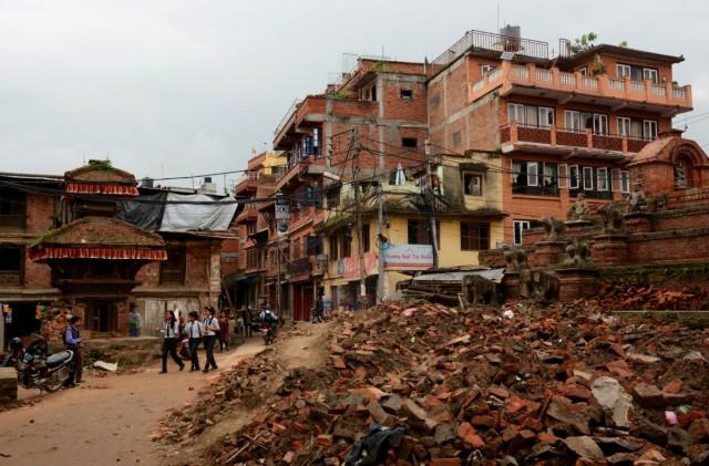 Zdjęcia: Bhaktapur, Dolina Kathmandu, życie z ruinami w tle :(, NEPAL
