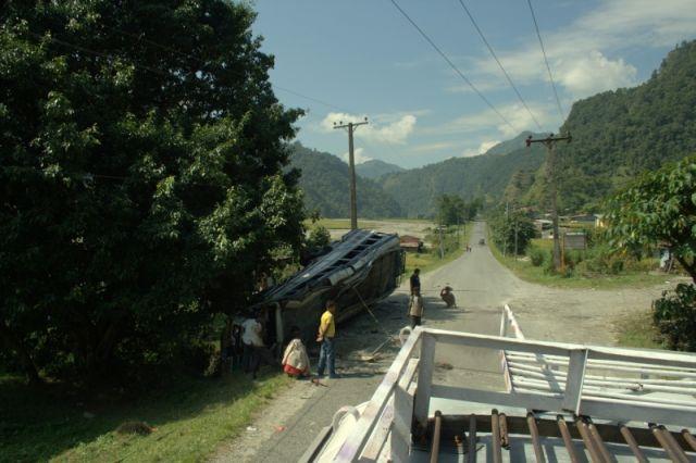 Zdjęcia: Pokhara, -okolice Pokhary, Widoki z dachu autobusu, NEPAL