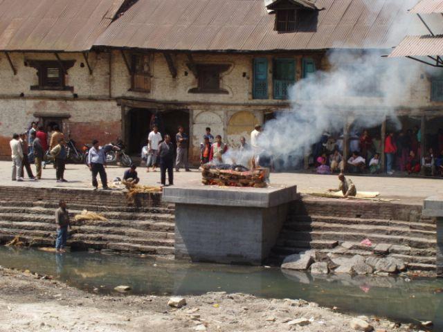 Zdjęcia: hinduistyczne sanktuarium w Pashupatinath, Ceremonia pogrzebowa, NEPAL