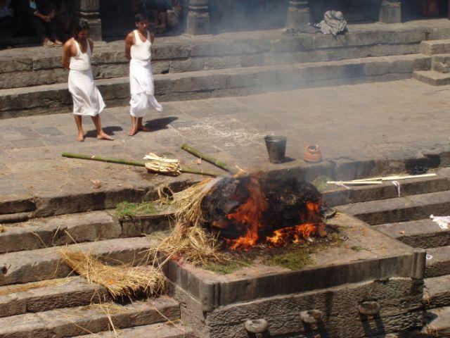 Zdjęcia: hinduistyczne sanktuarium w Pashupatinath, Z prochu powstałeś..., NEPAL