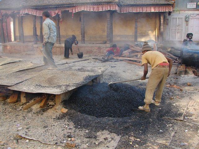 Zdjęcia: Kathmandu, Dolina Kathmandu, Wytwórnia asfaltu, NEPAL