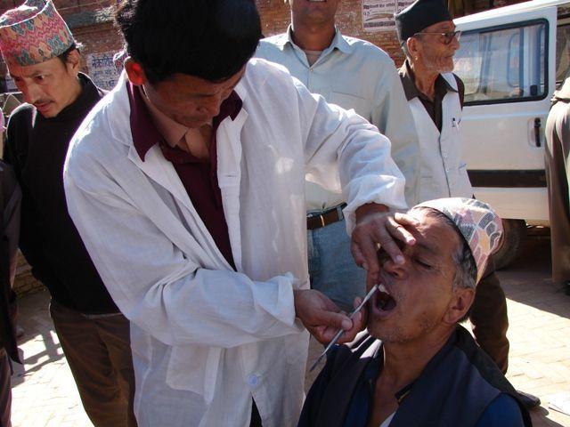 Zdjęcia: Buthan, Dolina Kathmandu, Dentysta uliczny!, NEPAL