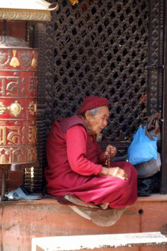 Zdjęcia: Kathmandu, Dolina Kathmandu, Chwila na modlitwe, NEPAL