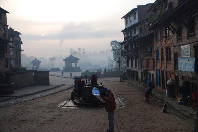 Zdjęcia: Bhaktapur, Dolina Kathmandu, Życie w Bhaktapur o świcie, NEPAL