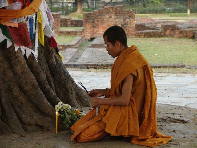 Zdjęcia: Lumbini, Dolina Kathmandu, Modlitwa w miejscu narodzenia Buddy, NEPAL