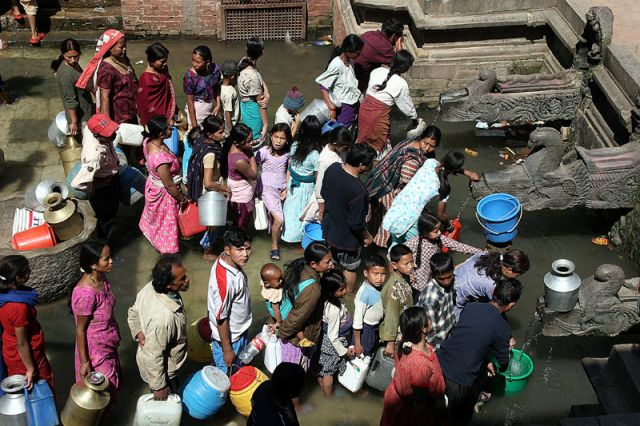 Zdjęcia: PATAN, W koleice po wodę, NEPAL