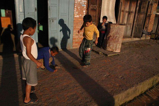 Zdjęcia: Baktaphur, Dolina Kathmandu, zabawa, NEPAL